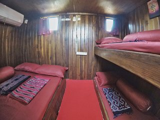 Front cabin: 4 peoples can fit in here. 1 queen bed and 2 single bunk bed.