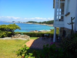 Casa con jardin al borde del mar