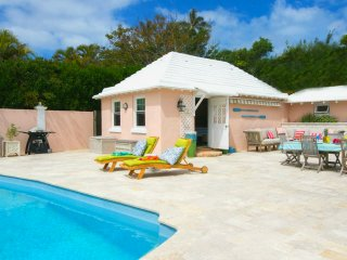 Idyllic★Poolside Cottage★Beach/Ham. 5min★King★Central★Your Very Own Paradise!!, Paget Parish