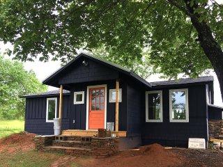 The Orange Door-seconds from TIEC-modern cottage-3 Bedroom 2 Bath sleeps 6