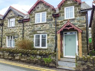 Y BWTHYN, mid-terrace, woodburner, en-suites, WiFi, enclosed garden, in, Llanbedr