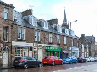 THE CALLANDER APARTMENT, en-suite shower, spacious accommodation, WiFi, town, Callander