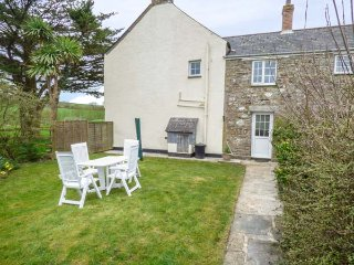 HOLLY COTTAGE, lovely holiday home, woodburner, family room overlooking paddock, Lanreath