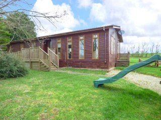 THE LODGE, detached wooden lodge, king-size bed, double with en-suite, WiFi