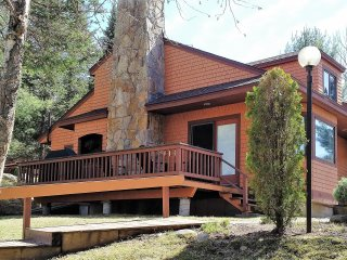Ideal location for all seasons..fish, golf, hike, sk! Lavishly remodeled in 2016, Bretton Woods