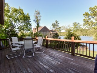 Chalets Resort LAKEFRONT Cottage~Free Amenities~Amazing views~Kayaks~2 Pools