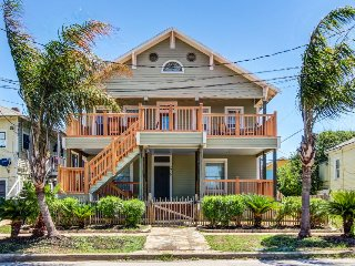 Upstairs dog-friendly duplex, close to the beach with room for everyone!