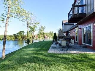 Luxury Lakefront Villa-2 Luxury Pools~Mini GolfHot TubsSlips~100ft to Lake!