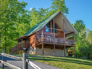 Cozy, dog-friendly cabin w/ private hot tub & sweeping mountain views, Sevierville