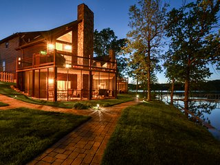 Luxury Lakefront Log Chalet-Two Luxury Pools-Private Hot Tub~Mini Golf-Boat Dock