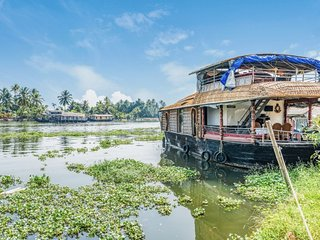 Comfortable 2-BR houseboat for a memorable stay