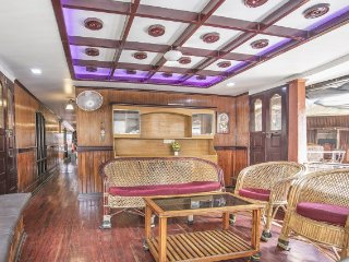 3-BR stay on stylish upper deck houseboat with gorgeous views
