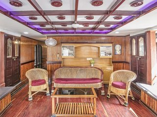 Stylish 3-BR houseboat with gorgeous views