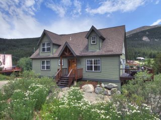 Family friendly 3 bed/2 bath home with mountain views and private hot tub!