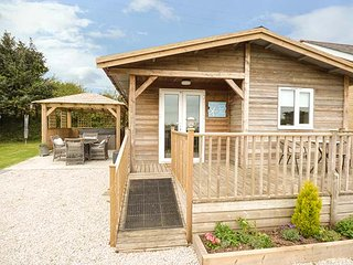 LOWENA, detached lodge, centrally located, hot tub, WiFi, Redruth, Ref 953053