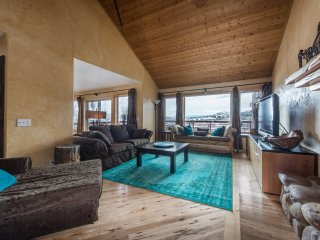 Mountaintop Chic Sleeps 16+, decks, views, hot tub! Your summer retreat awaits!