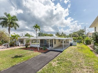 3BR w/ 2 Screened Porches, Walk to Fort Myers Beach