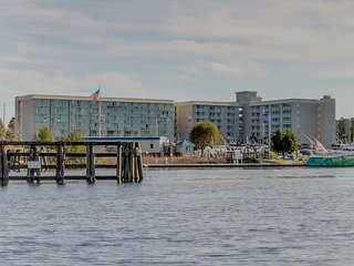 Gorgeous Waterway & Marina Views from 2 bedroom condo FREE WIFI!