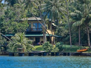 South Point Cottage - 3 bedroom lake front - 1 km to the beach -totally cut off