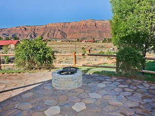 Views, Firepit and Hot Tub - 8 Miles to Downtown Moab - 5th Night Free