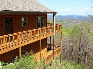 Log Cabin W/Bubbling Hot Tub, Mtn Views, & WiFi! Book Your Autumn Vacation!