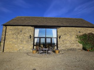 Gallery Barn, nr Burford with amazing views 10 mins from Burford, Leafield