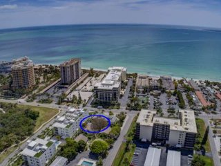 Walk to Lido Beach/St. Armand's Circle, Wifi Included in this Efficiency.  No Ca