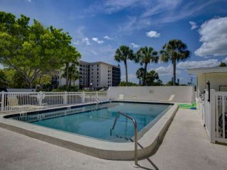 Walk to Lido Beach/St. Armand's Circle, Wifi Included in this Efficiency.  No