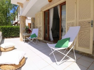 Villa Hibiscus, cool relaxing decor minutes walk from the beach