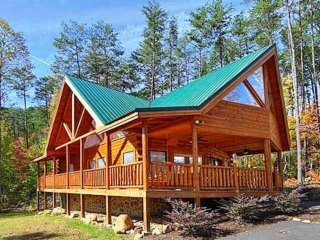Kozy Lodge - Smokies Getaway! Game Room- Resort Pool- WiFi - Minutes to Pigeon, Sevierville