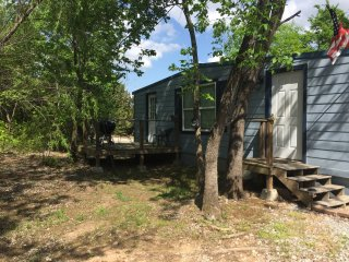 Large Cabin  with lots of trees, sleeps 8, 10 miles to Turner Falls, Sulphur