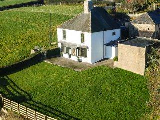 CEFN ISAF, detached former farmhouse, woodburner, WiFi, enclosed garden, Abergele