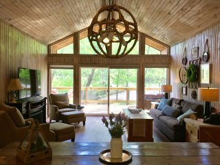 Quintessential Lake House, Sleeps 8, surrounded by trees, Sulphur