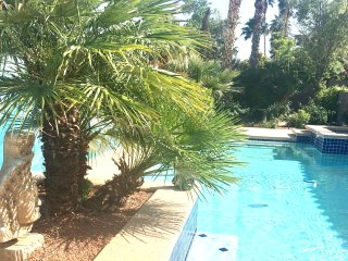 Oasis in the Desert, House and Pool for 8+, Free parking and WIFI