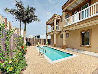 2BR Condo w/ Balcony, Shared Pool – Walk to Beach, Dining, Nightlife