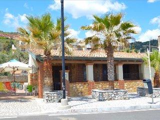 La casa di Enrico - sea front house with parking place near Taormina