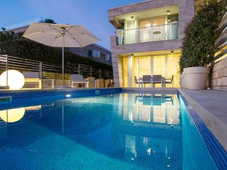 Luxury villa with swimming pool and sea