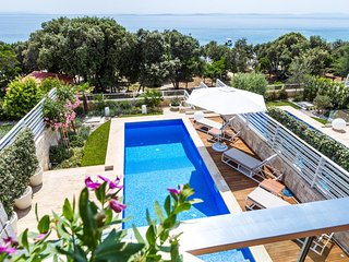 Luxury Villa with swimming pool by the beach