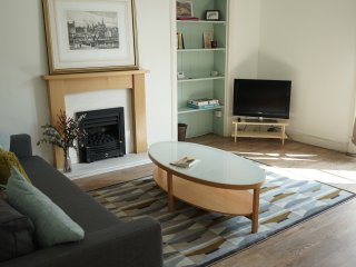Beautiful traditional The Shore apartment in Edinburgh