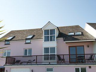 Innisfree House, Llansteffan: stunning 5 star beach house with balcony and pool