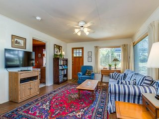 Charming, dog-friendly cabin, steps from the beach & two blocks from golf!, Neskowin