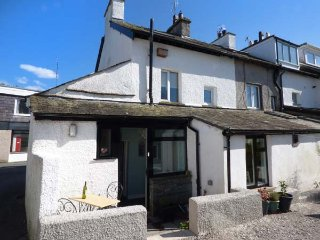 TAILOR'S COTTAGE, two bedroom, enclosed patio, ideal for walking, in Staveley, R