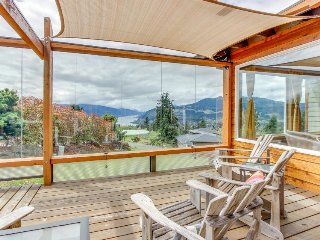 Stunning Columbia River Gorge views, private hot tub, great deck, & fireplace!