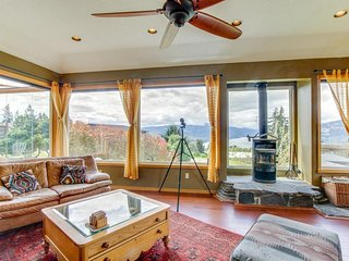 Gorgeous home w/ a private hot tub, Columbia River Gorge views, & furnished deck