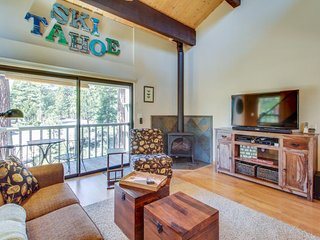 Comfy, remodeled retreat w/ shared pool, sauna, and tennis - walk to the lake!