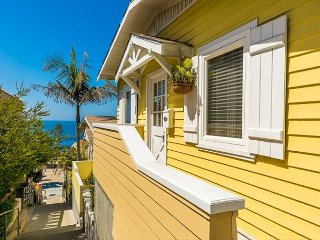 Ocean View Beach Cottage, Newly Furnished, 1/2 Block to Ocean & Restaurants!