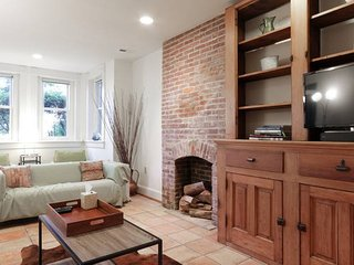 Historic Luxury Capitol Hill Row Home, Basement Apt/Sleeps5/Fresh Renovation
