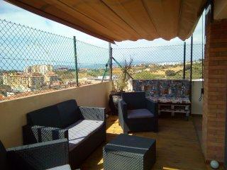 Precioso ático reformado con espectacular terraza ,a diez minutos de la playa.