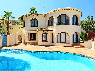 4 bedroom Villa with Pool, Air Con, WiFi and Walk to Shops - 5697976