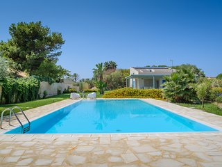 Dafne, villa with pool near the beach, Marina di Ragusa